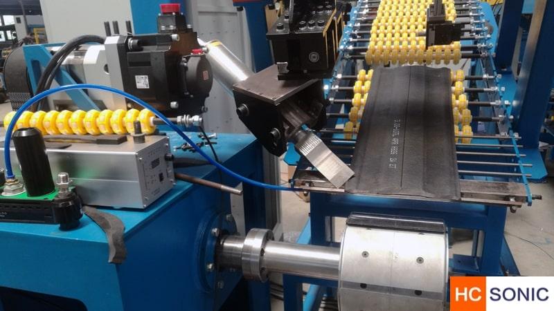 超声波橡胶切割刀流水线上使用